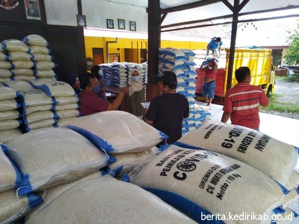 41.240 Kg Bantuan Beras Bagi 2.062 KPM di Kec. Kepung