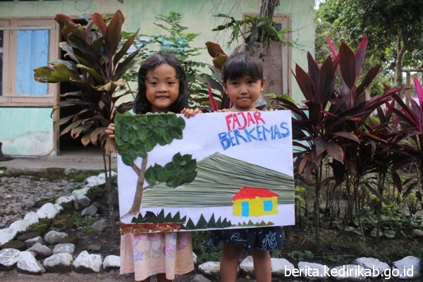 Fajar Berkemas Temani Anak-Anak Belajar di Kebun Kopi Damarwulan