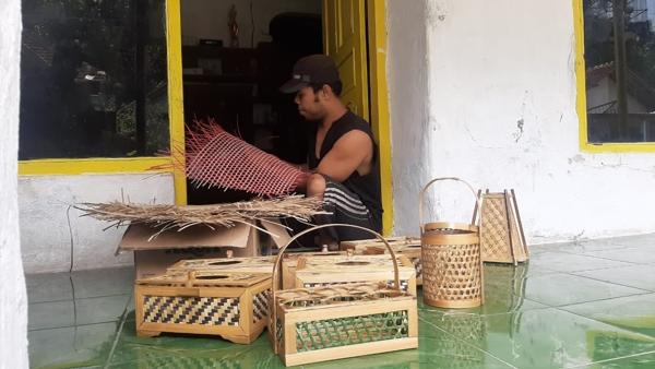 Orderan Orkes Sepi, Beralih Membuat Anyaman Bambu Bernilai Ekonomis Tinggi
